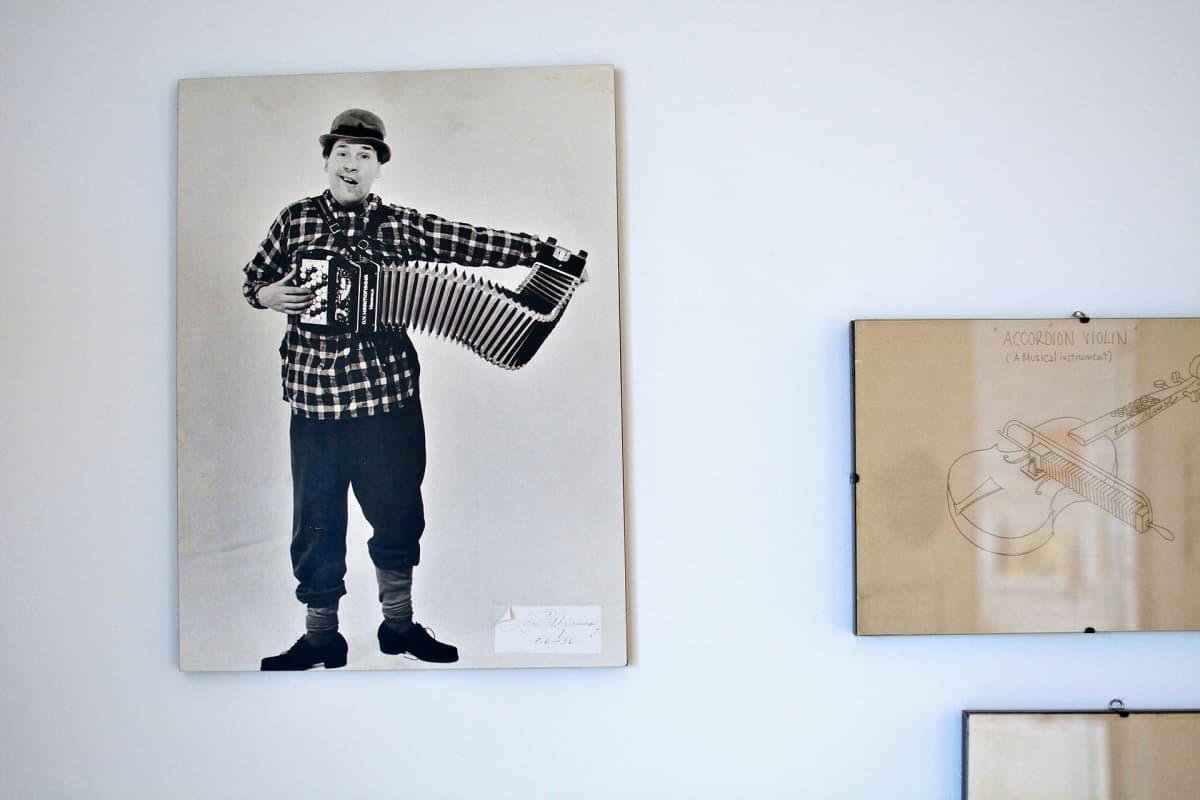 Suomalainen haitaritaiteilija Lasse Pihlajamaa Piginin haitaritehtaalla.