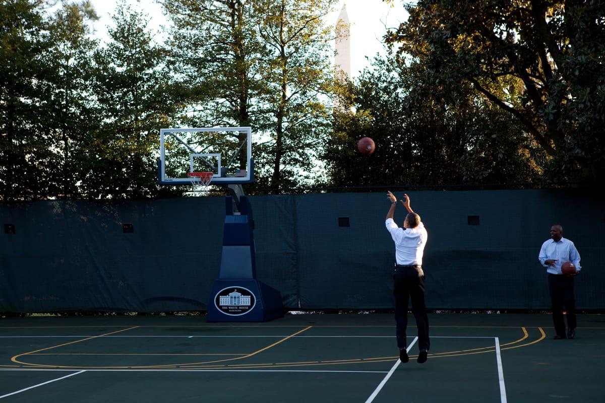 Presidentti Barack Obama yrittää kolmen pisteen heittoa henkilökohtaisen avustajansa Reggie Loven kanssa Valkoisen talon koripallokentällä 18. lokakuuta 2010.