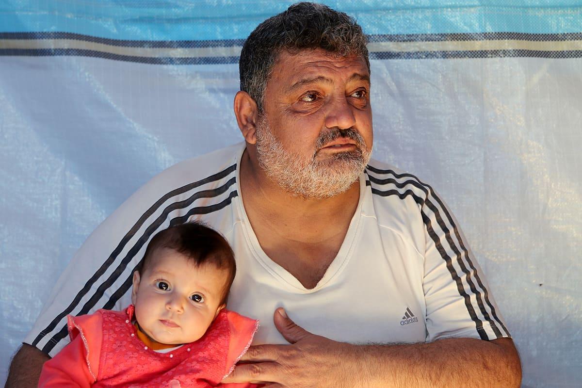 Jamal Bakrin suree sisarensa ja äitinsä kohtaloa. He eivät ole päässeet poistumaan Mosulista.