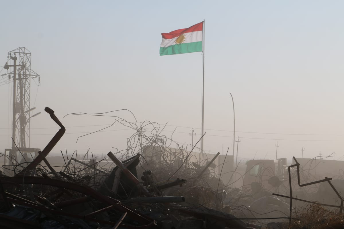 Lippu ja romua Bashiqassa.