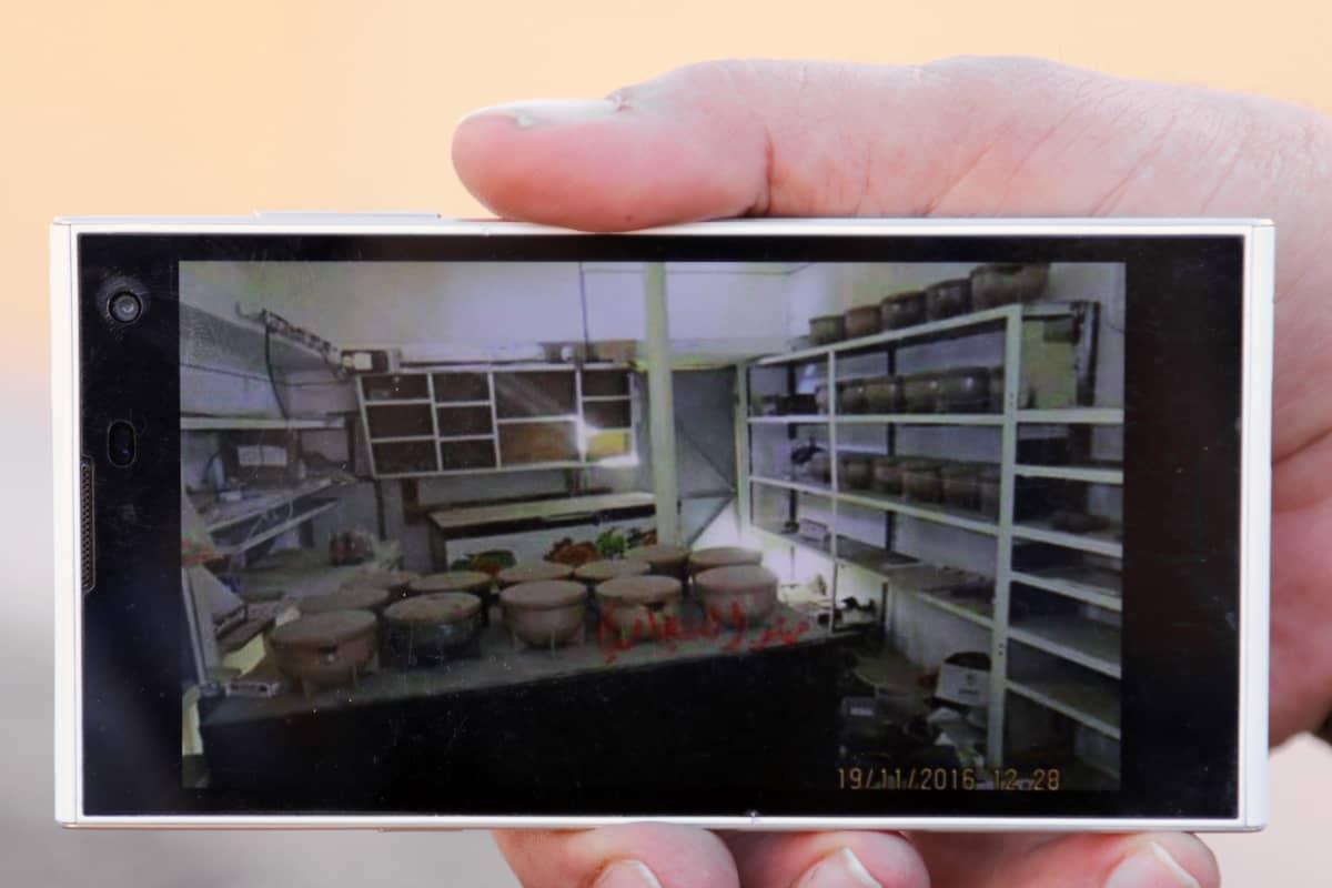 Kännykässä keittiön kuvaa räjähdetehdas.
