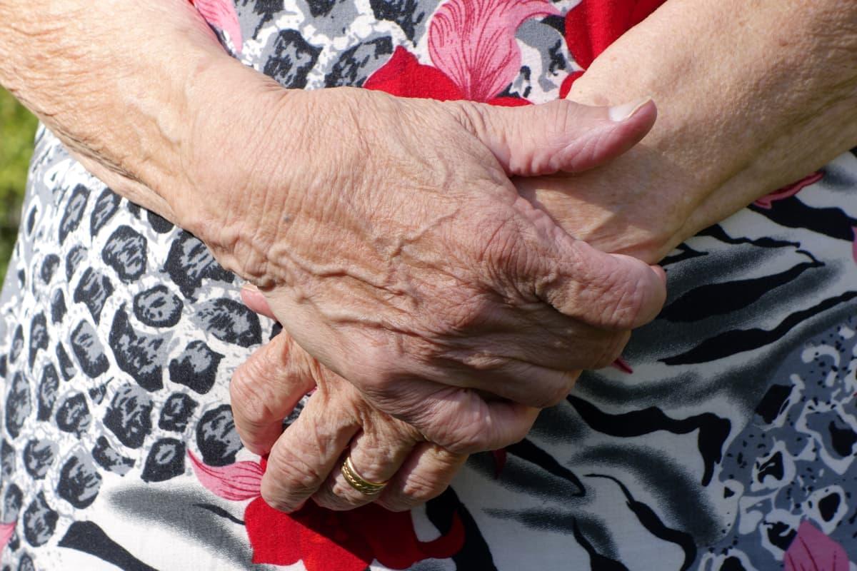 Vanhan ihmisen kädet.