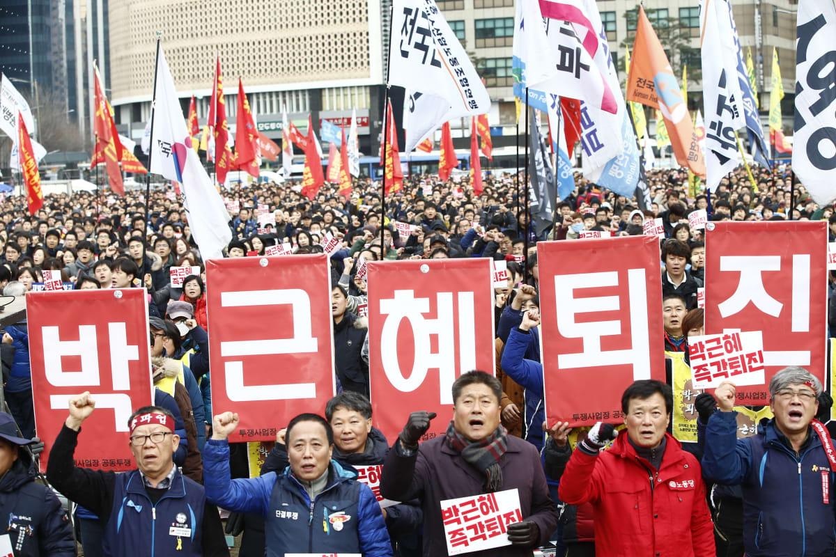 Ammattiliittojen jäseniä mielenosoituksessa Soulissa 30. marraskuuta.