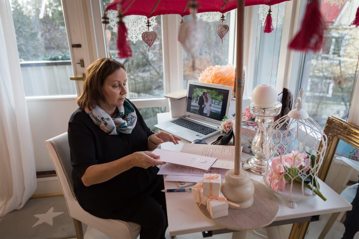 Hää- ja juhlasuunnittelija Sonja Wikström työhuoneellaan Vantaalla.