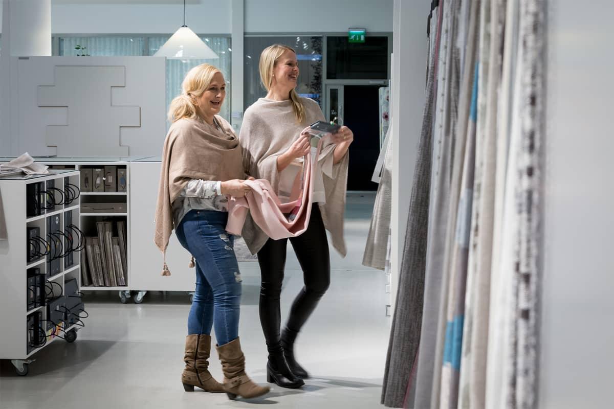 Sisustussuunnittelijat Riitta Bergman ja Riia Lankinen.
