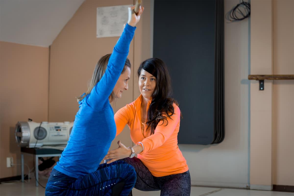 Personal Trainer Päivi Pelkonen ohjaa Nina Wileniusta.