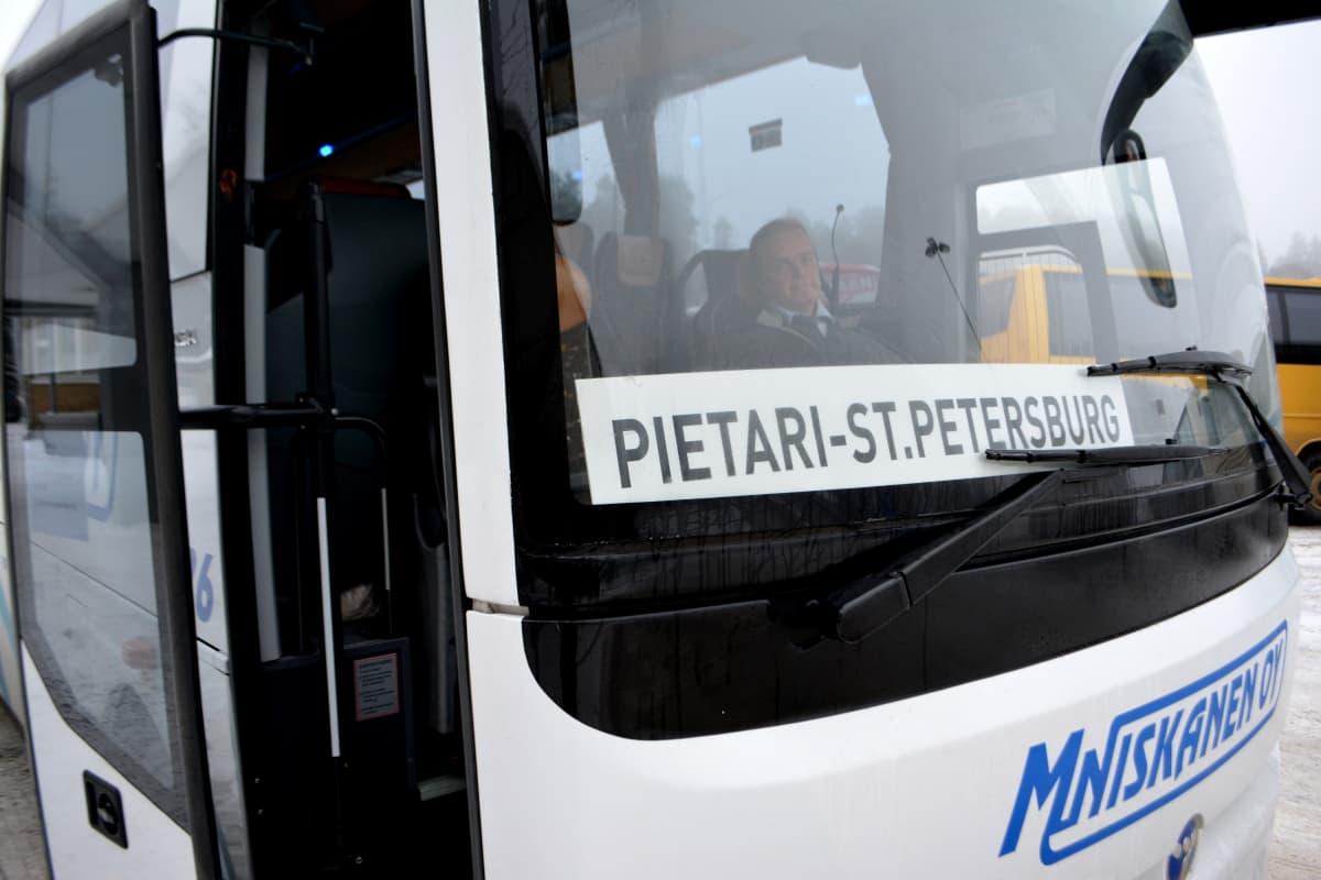 Linja-auto, joka on menossa Pietariin.