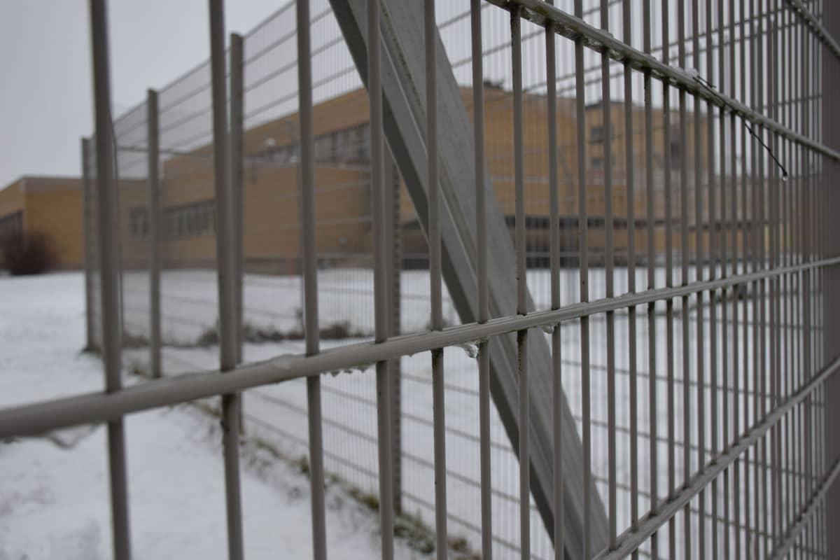 Hämeenlinnan vankila. Olin vankilassa 22,5 tuntia, haastattelut mukaan lukien. Ensimmäisenä porttien ulkopuolella selasin tekstiviestini: kaikilla tärkeillä kaikki ok. Sitten söin ranskalaisia perunoita. Kauheaan nälkääni. Porteista astuin ulos 8.12.2016 klo 11:30.