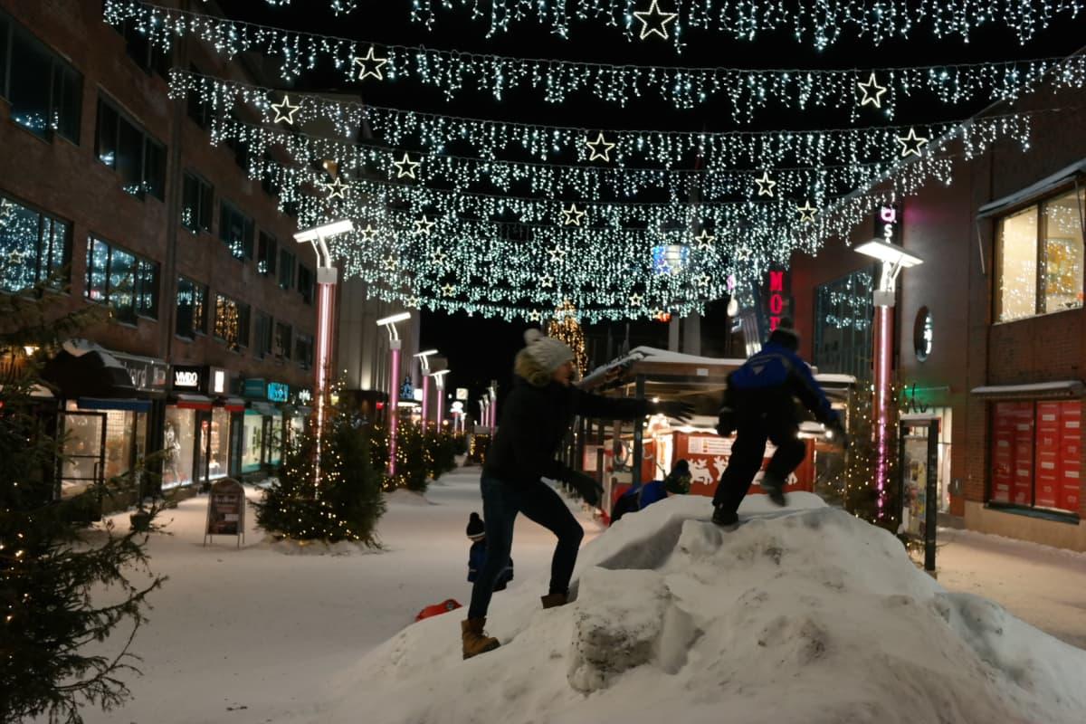 Jouluvaloja Rovaniemen keskustassa Koskikadulla.