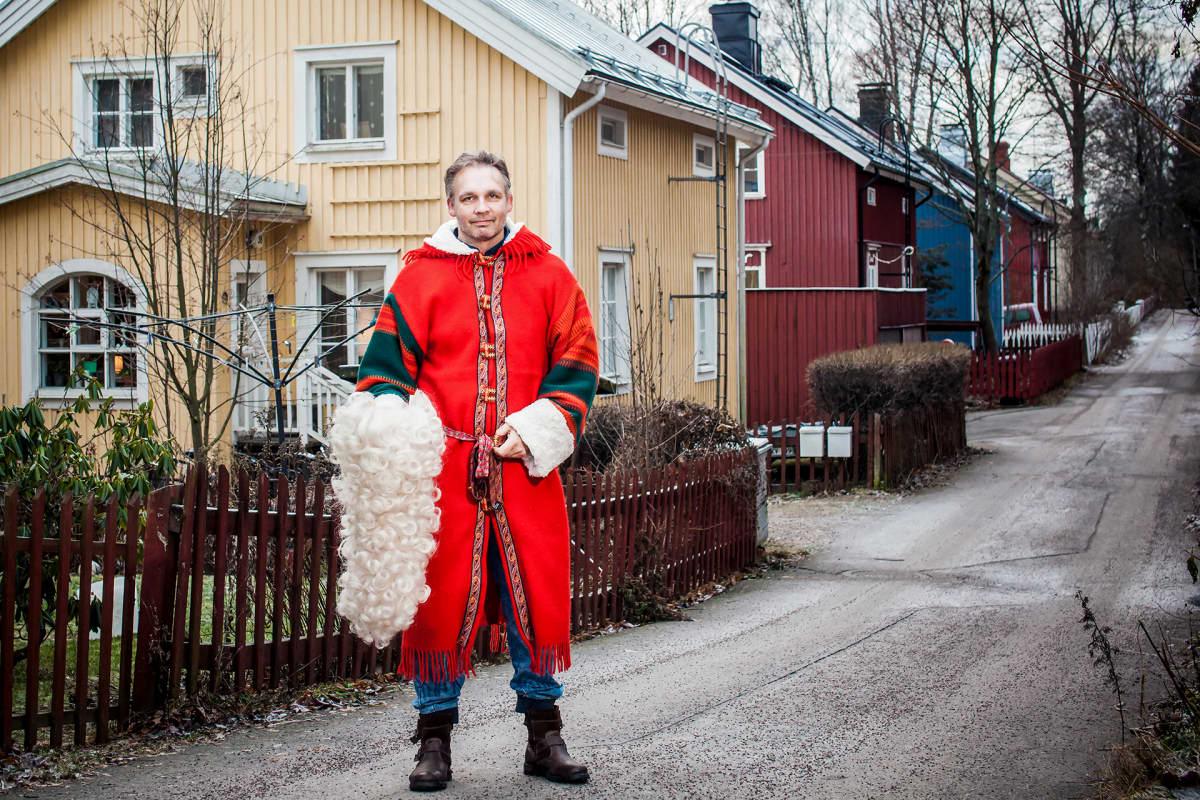 OlliSuonpää seisoo kadulla parta kädessään