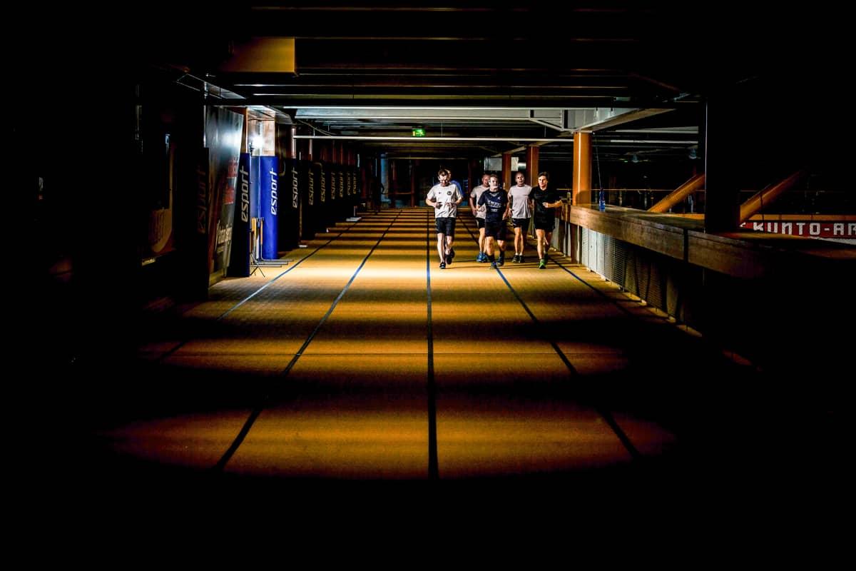 miehiä juoksee sisäradalla
