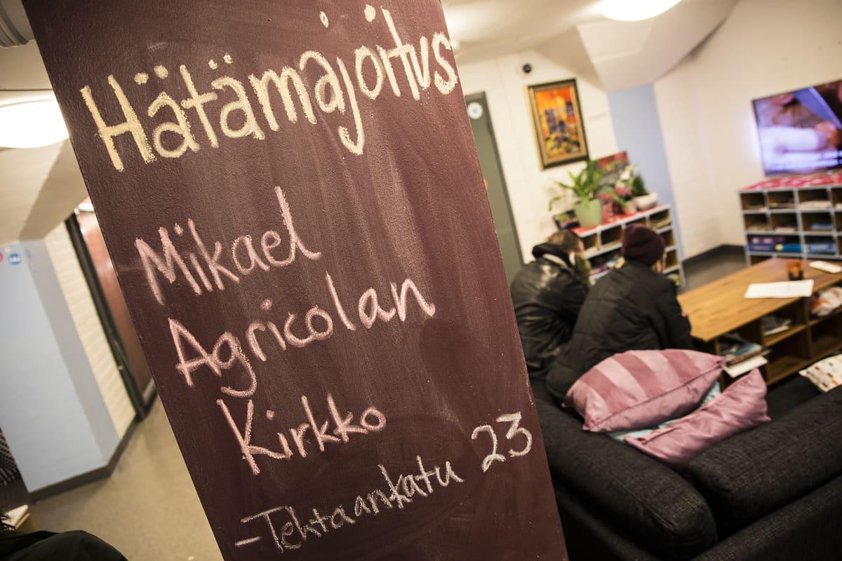Sininauhasäätiön päiväkeskuksessa kerrottiin tänäänkin Helsingin seurakuntien järjestämästä hätämajoituksesta. Vastavuoroisesti kirkoissa kerrotaan yöpyjille, että Sininauhasäätiön päiväkeskukseen voi mennä esimerkiksi suihkuun.