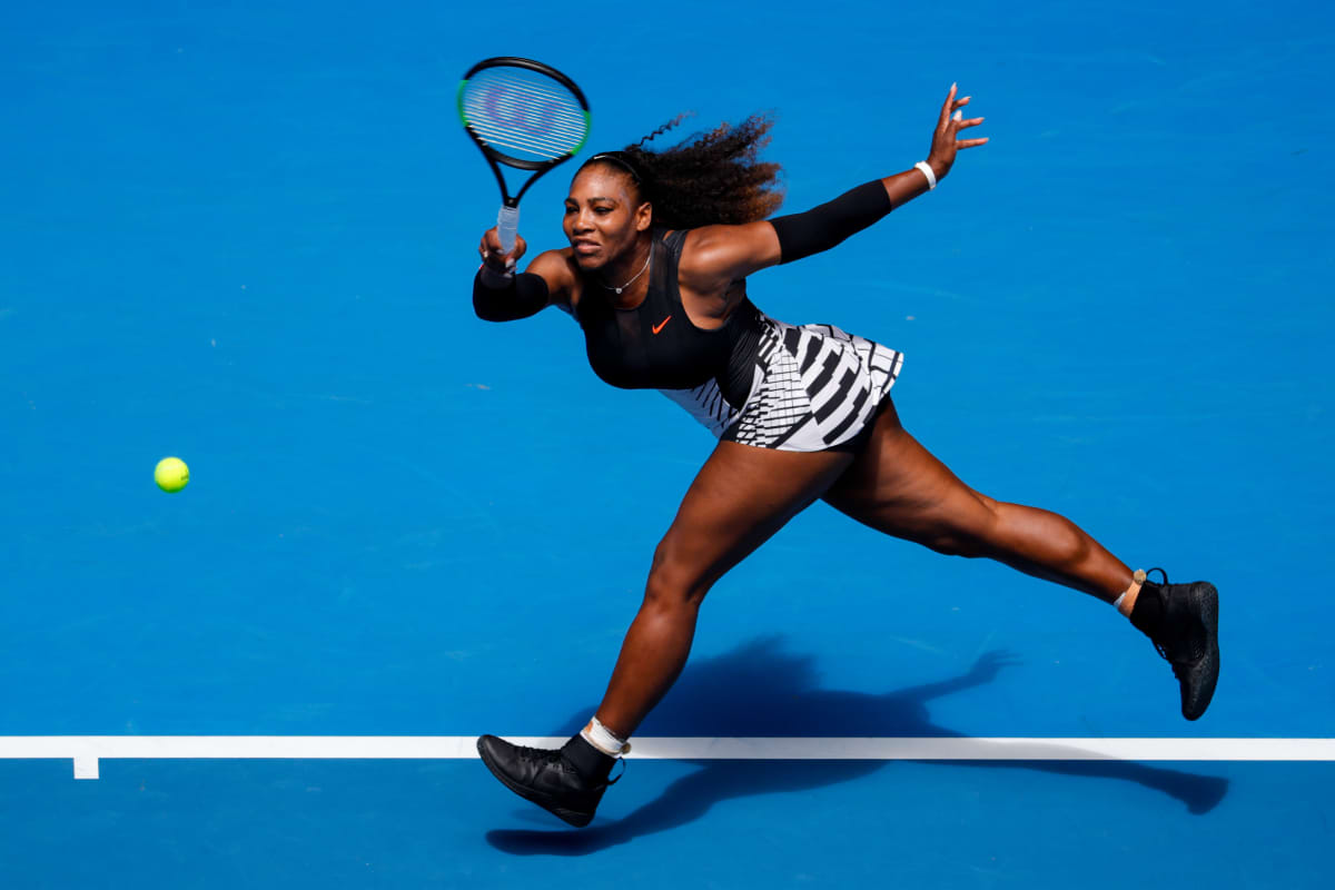 Serena Williams lyö palloa.