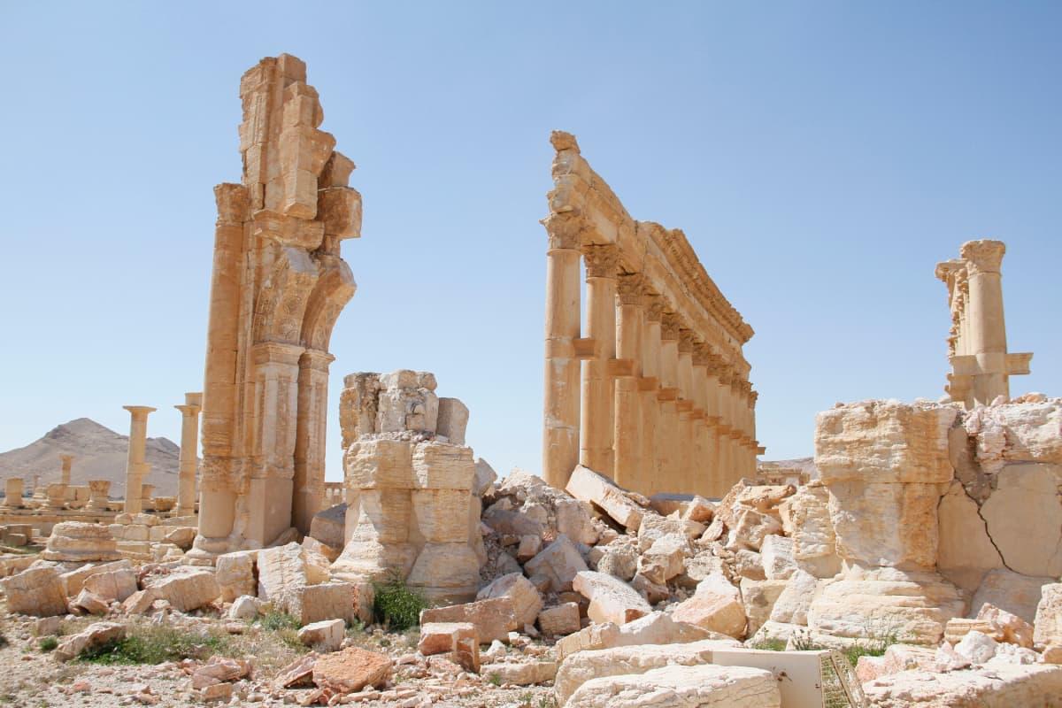 Palmyran riemukaaren raunioita.