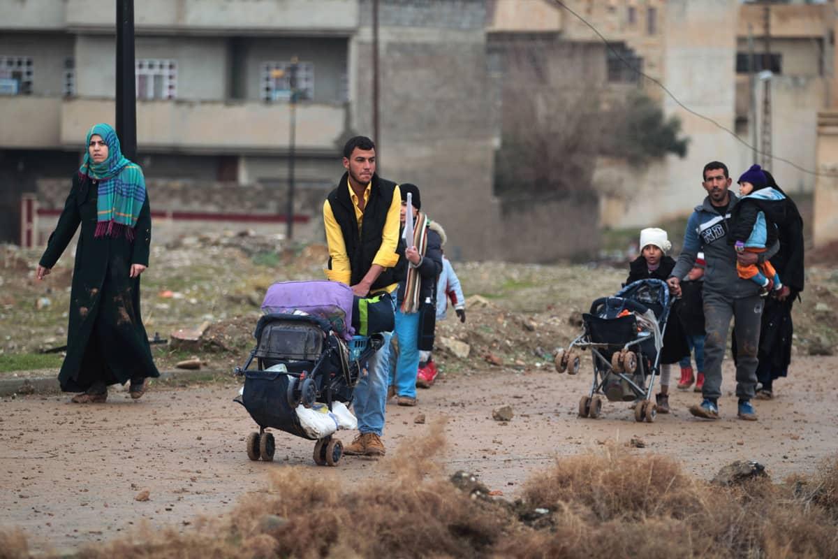Irakilaisia ihmisiä kävelee kadulla.