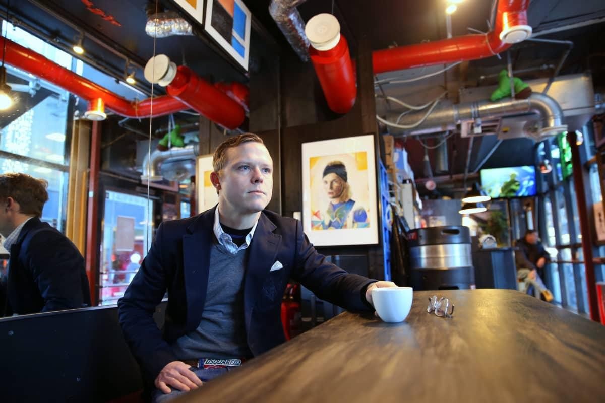 Fredrik Westerlundin pyörittämä Bar Wall St. Helsinki on yksi Toivon tuolla puolen -elokuvan tapahtumapaikoista.