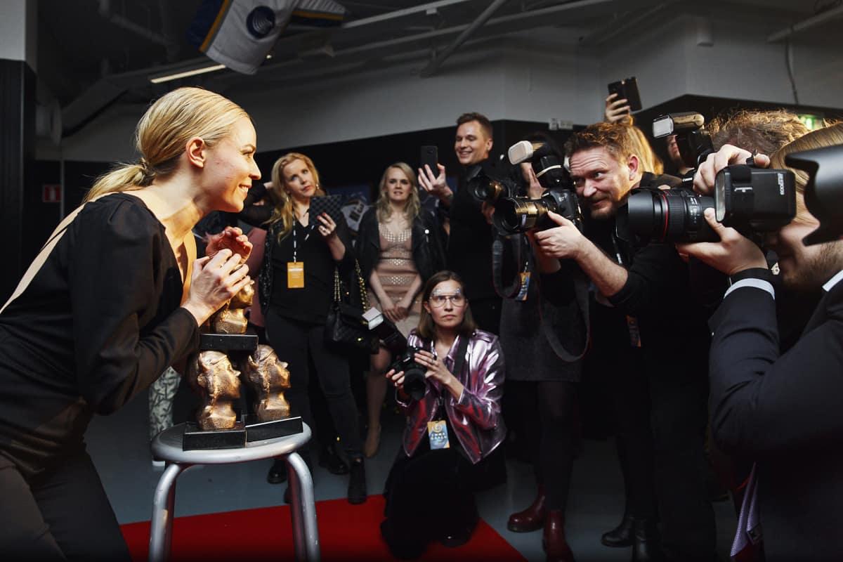 Paula Vesala poseeraa valokuvaajille Emma-gaalassa.