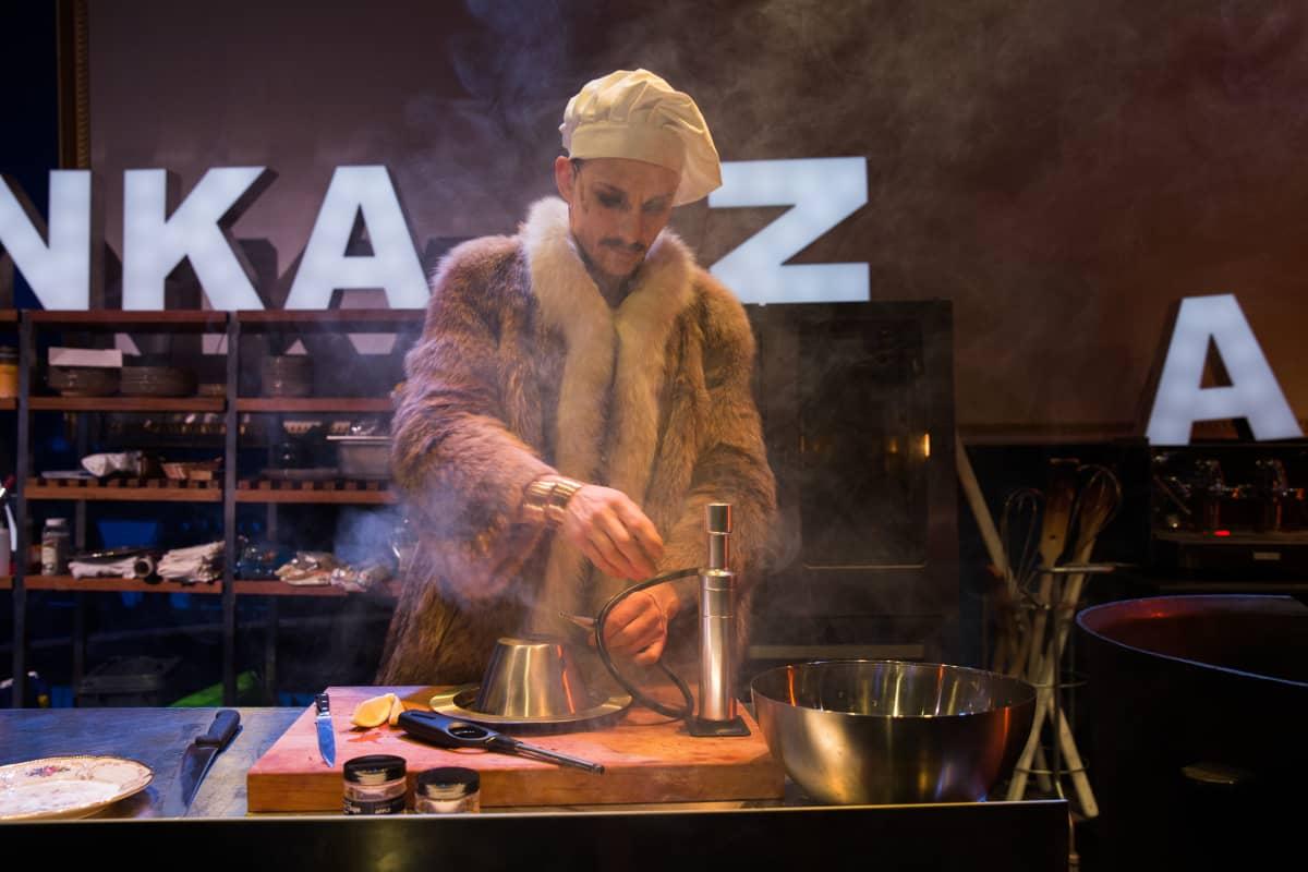 Marc Gassot esittää kokkia, tai oikeammin ravintoloitsijaa.