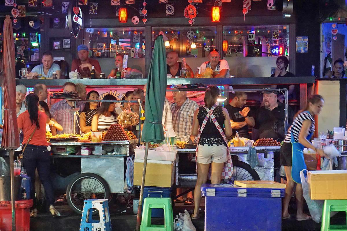 Bangkokin vilkasta yöelamää Sukhumvit Soi 4 -kadulla.