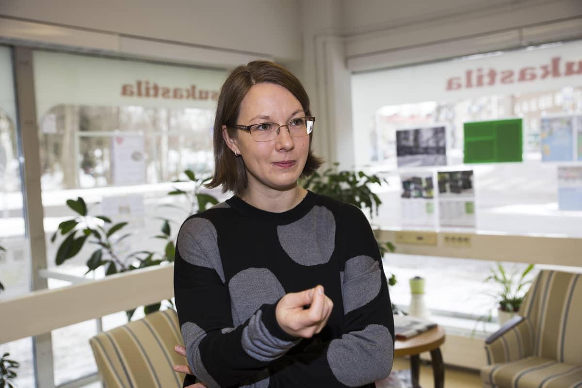 Minna Salminen seisoo asukastalon aulassa