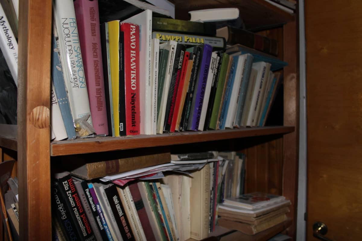 Kirjahyllyssä runoja ja näytelmiä