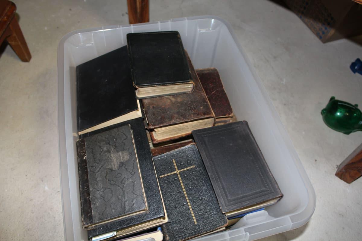 Uskonnollista kirjallisuutta laatikossa