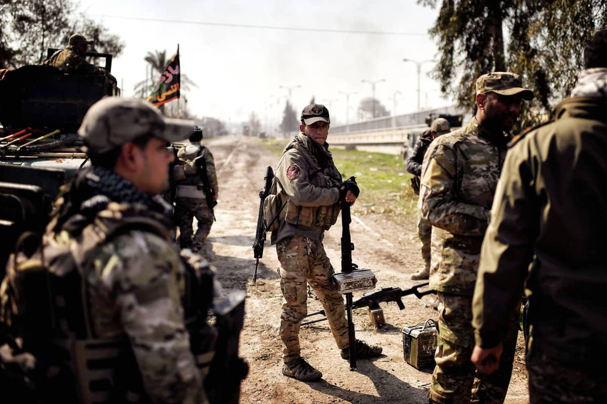 Irakin armeijan joukot kuvattuna Mosulissa.