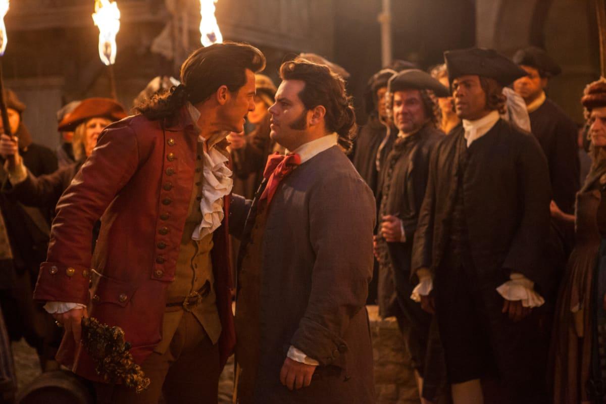 Luke Evans on pinnallinen Gaston, joka kosiskelee Belleä. Gastonin apuria LeFouta näyttelee Josh Gad.