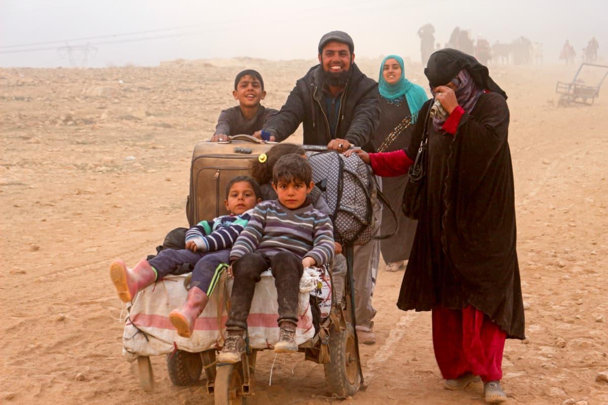 Kodeistaan paenneita perheitä Mosulin lähellä.