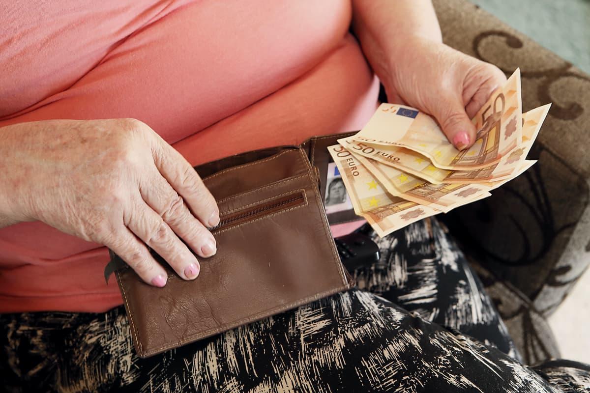 Naisella seteleitä kädessä