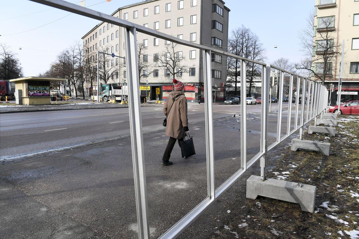 Kuntavaalijulisteiden telineitä pystytetty Helsingin Töölössä 10. maaliskuuta.