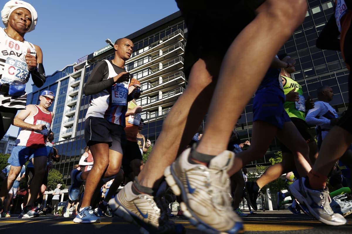 Maratoonareita Etelä-Afrikan Kapkaupungissa.