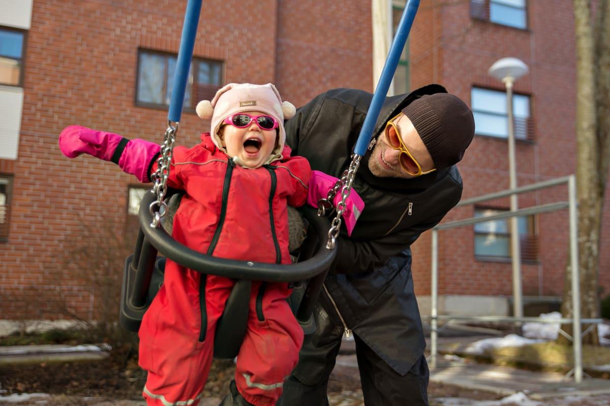 Heikki Soini lapsensa kanssa ulkona.
