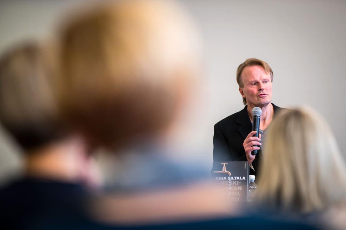 """""""Herrahissi on pysähtynyt. Nuoret kyllä tajuavat tämän. He ovat epävarmoja perustamaan perheitä ja ottamaan asuntolainaan"""", Juha Siltala sanoo."""