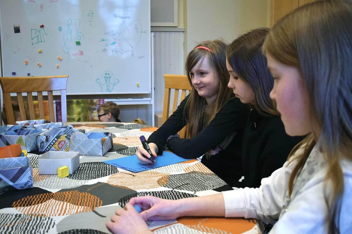 Lönnrotin koulun oppilaita tekemässä ryhmätyötä