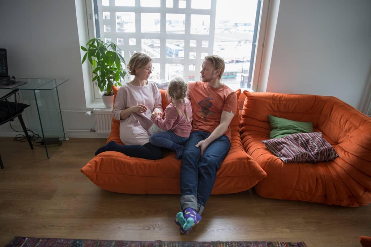 Jätkäsaaren pitsitalon kosteusongelmat: perhe Hanna-Maija Mustonen, Airi ja Ilkka Ovaska