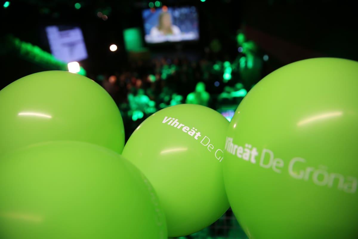 Vihreät -puolueen ilmapalloja.