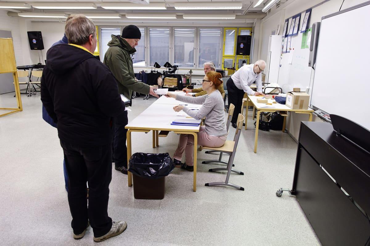 Äänestäjiä äänestämässä kuntavaaleissa Iivisniemen koululla Espoossa.