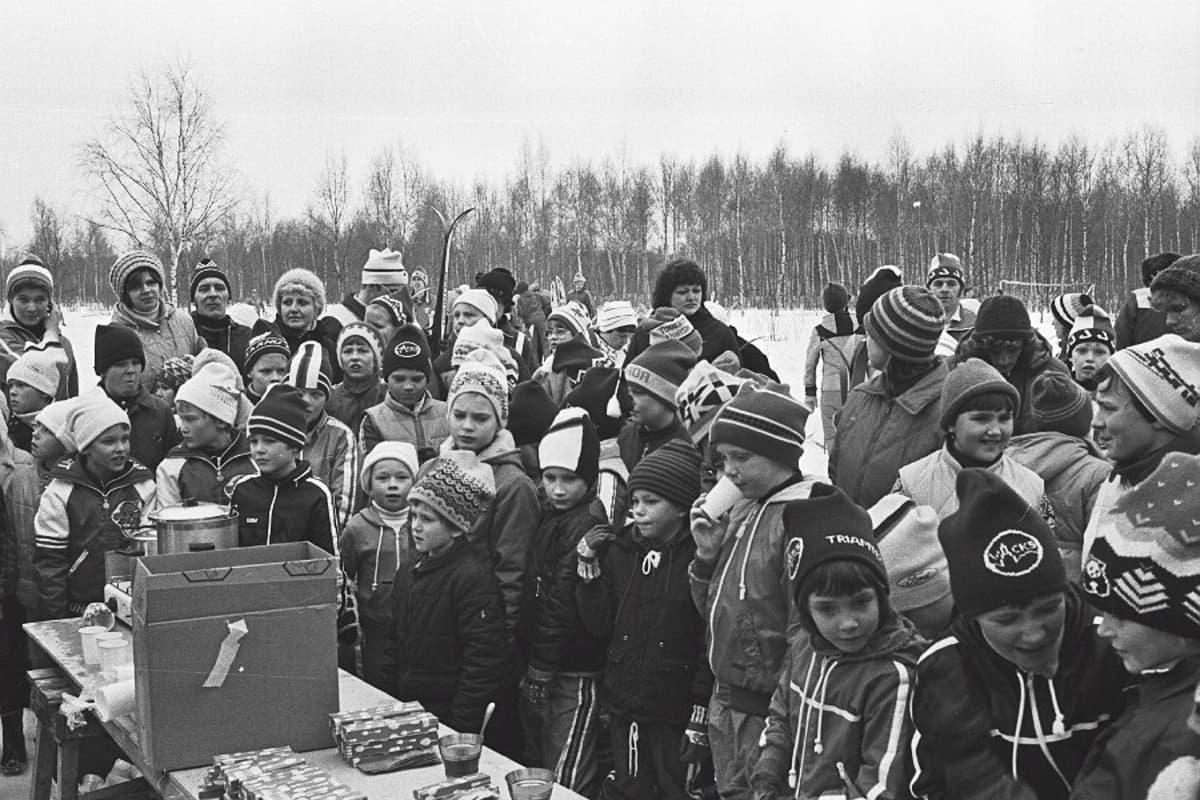 1980-luvulla Ristunummen hiihtokilpailujen palkintojenjaon odottelua.