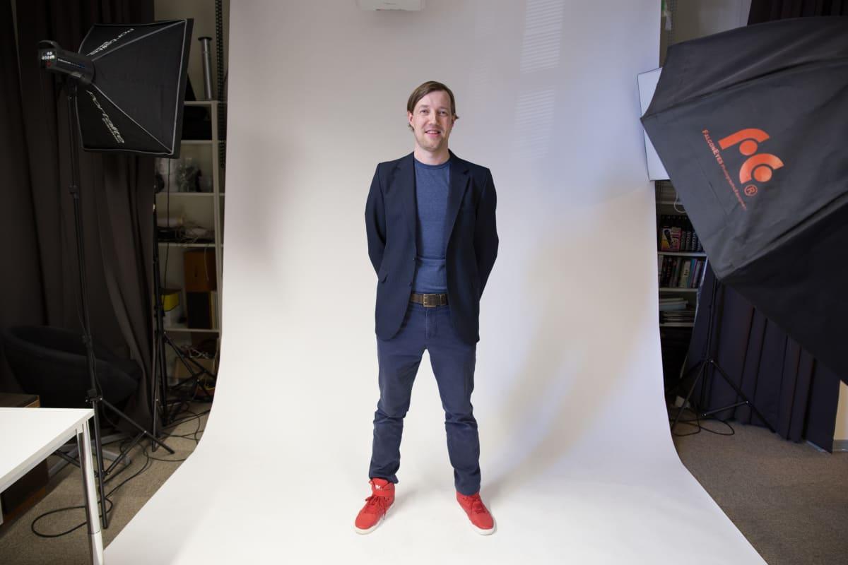 Pop Median operatiivinen johtaja Mikko Mali yhtiön valokuvausstudiossa.