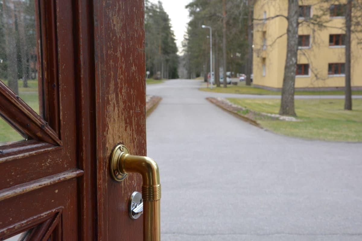 ulko-ovi avoinna etupihalle
