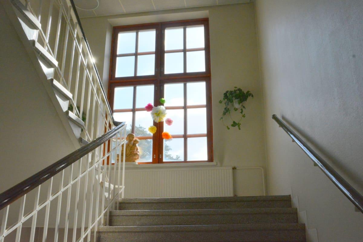 iso ikkuna portaiden päässä