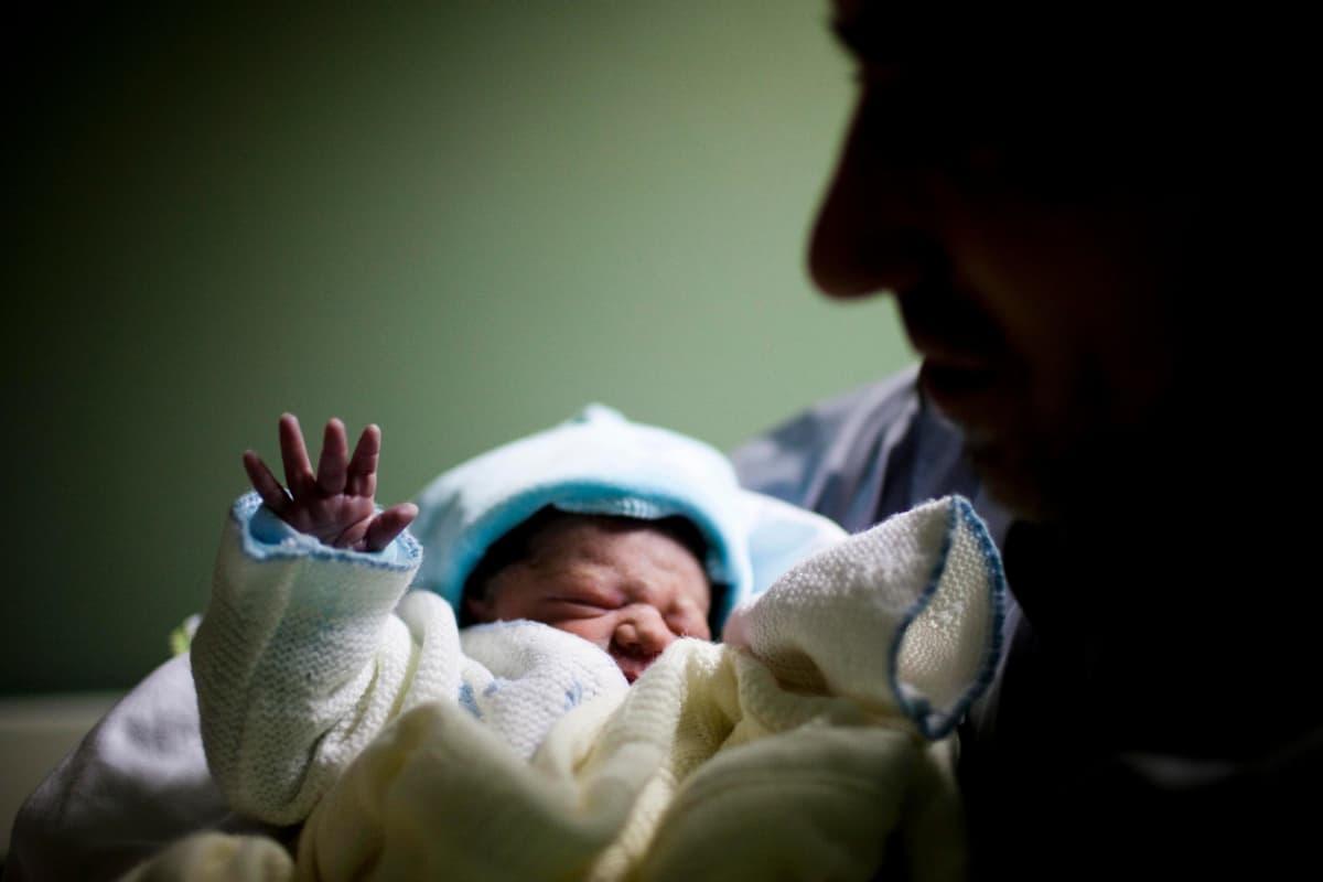 Portugalilainen vauva äitinsä sylissä