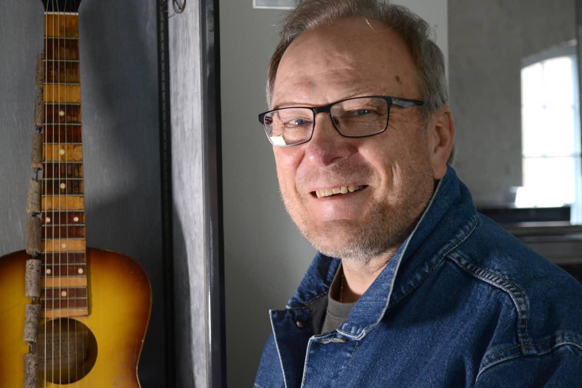 """Jarmo """"Jamppa"""" Roininen ja Juice Leskisen ensimmäinen kitara."""