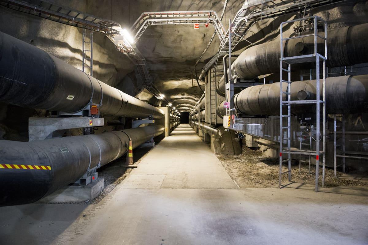 Kaukolämpöputkia maanalaisessa tunnelissa