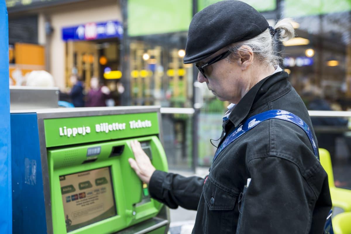 sokea lippuautomaatilla