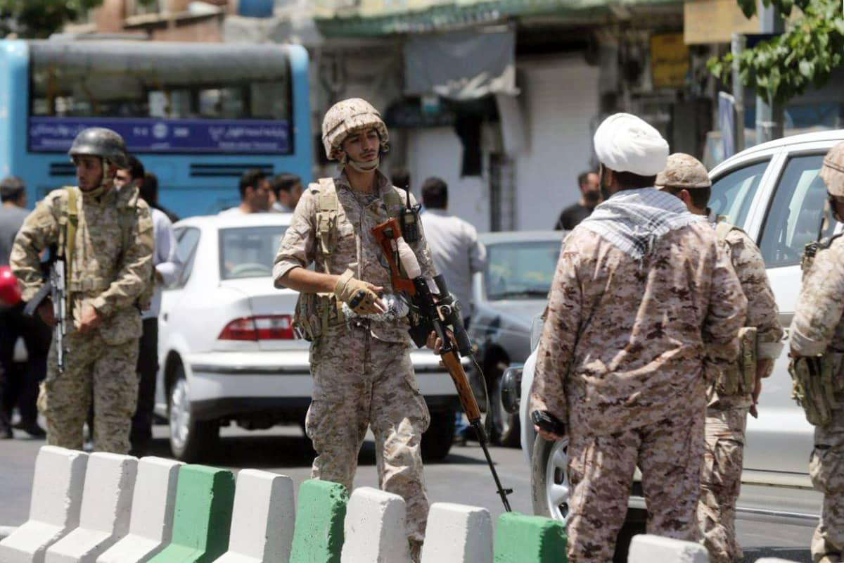 Iranin vallankumouskaartin jäsenet turvaavat parlamenttitalon aluetta hyökkäyksen aikana.