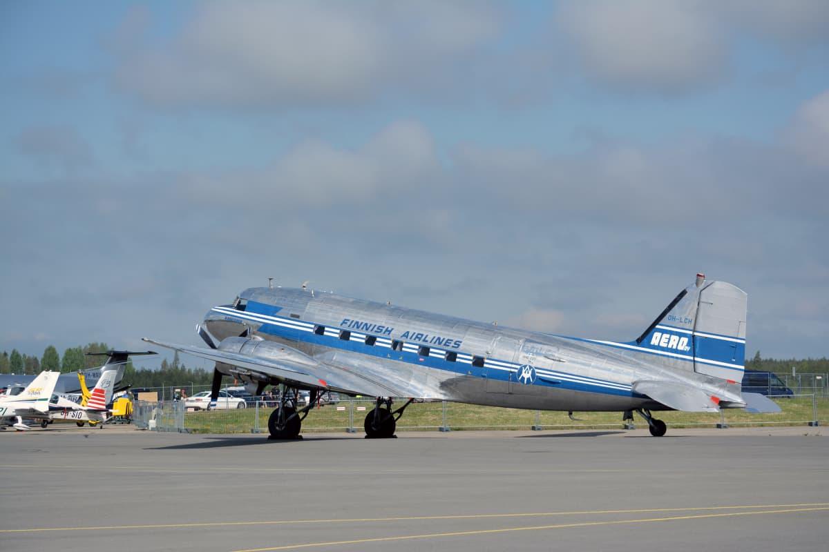 DC-3 -lentokone Seinäjoen lentokentällä.