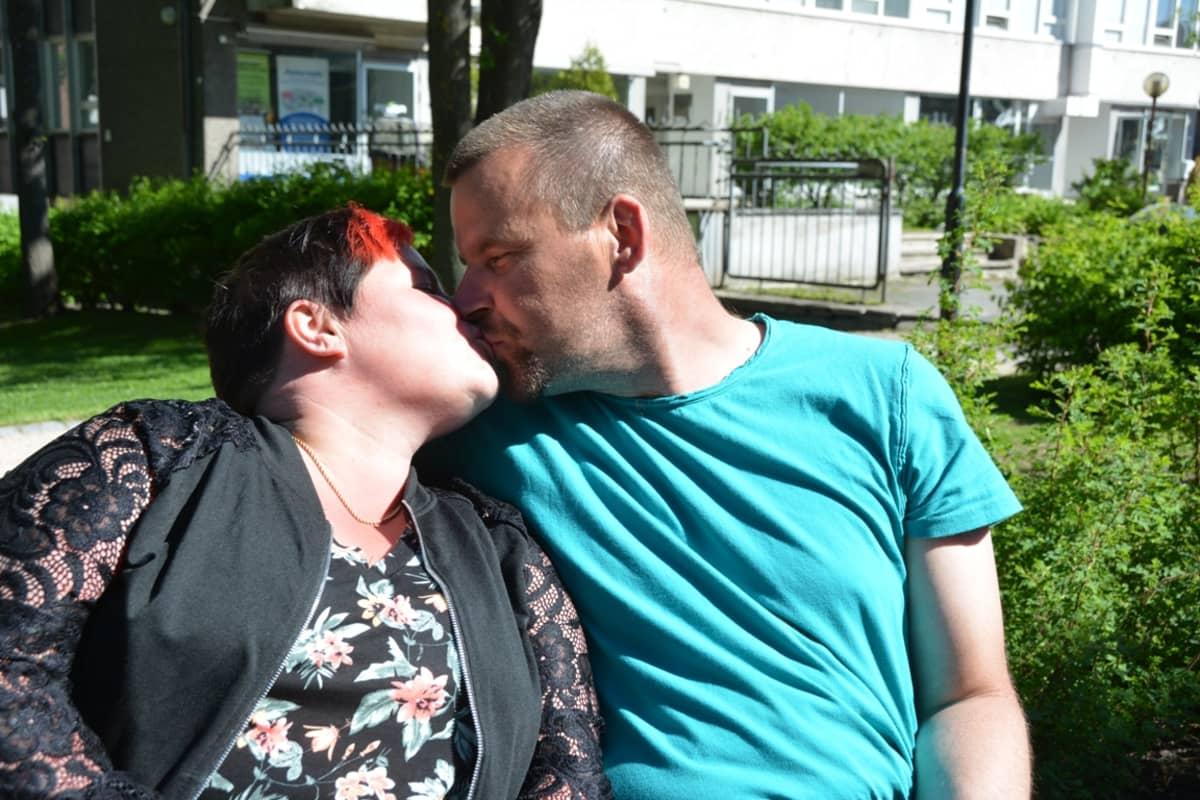Jari ja Tiina Annala suutelevat Naakkapuistossa, joka oli olennainen osa Kokkolan rundiaikoja.