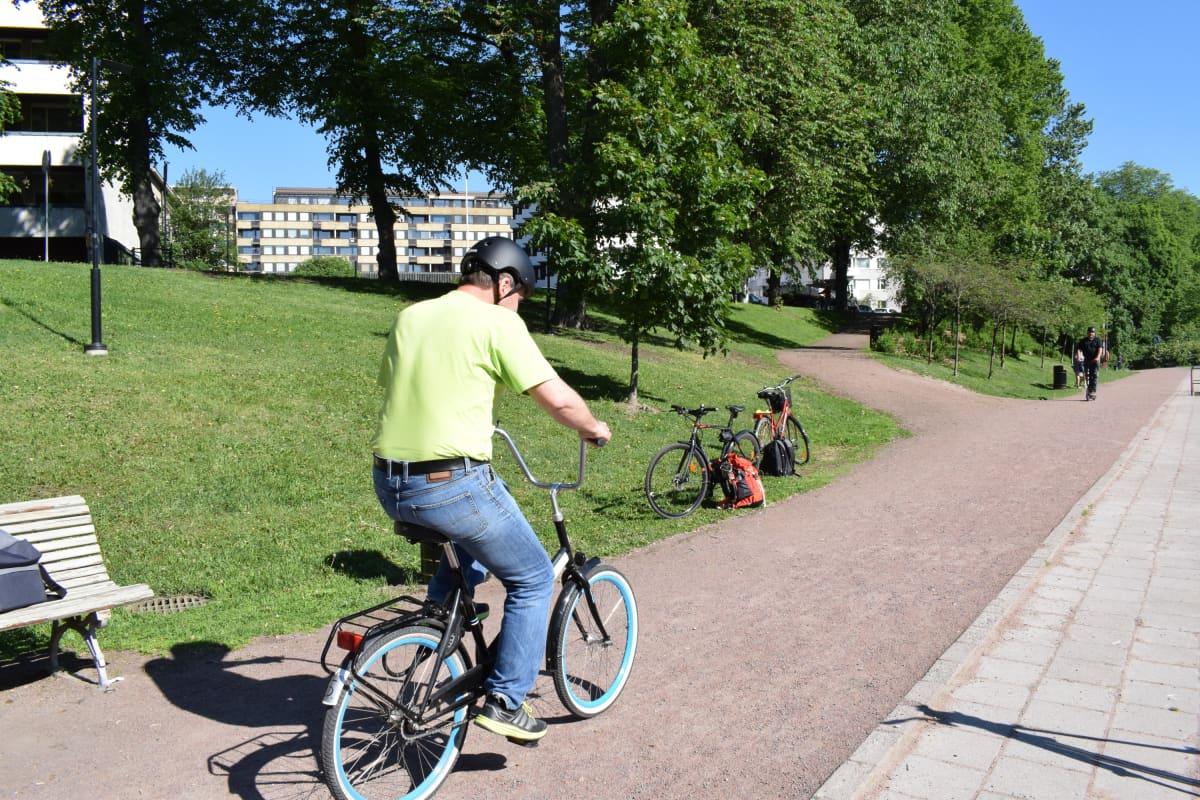Autoilijat pääsivät kokeilemaan pyöräilyä Lönnrotinpuistossa torstaina.